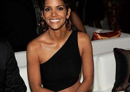 Halle Berry se lache aux Fifi Awards