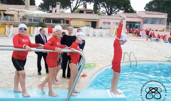 Charl ne de monaco aupr s des enfants la la piscine for Piscine municipale 06