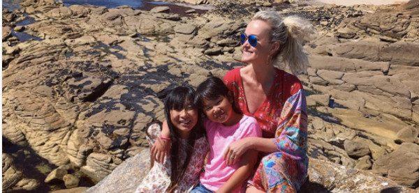Loin de Johnny Hallyday, Laeticia se la coule douce avec ses filles en Bretagne (photo)