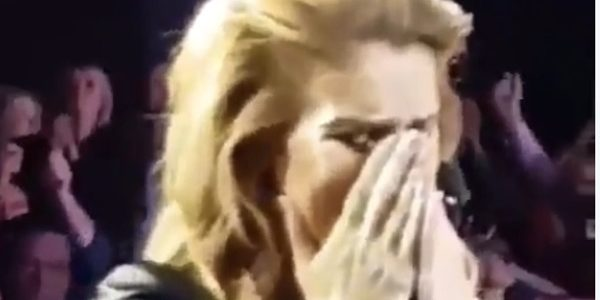 Céline Dion en larmes à la fin de sa tournée (vidéo)